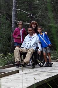 Mònica Gilabert i Josep Maria Tatche amb els seus fills Ainara i Xavier al Parc Nacional d'Aigüestortes, durant un intercanvi a Senet.