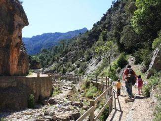 De camí cap a la Cova de Picasso a Horta de Sant Joan - Foto: YouMeKids