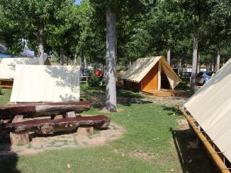 Poblet de cabanes al càmping la Noguera - foto: YouMeKids