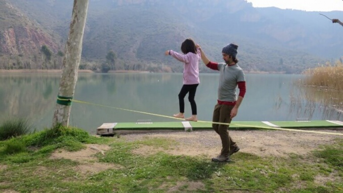 Bruna practicant el Slackline - Foto. Always with Kids