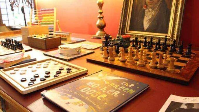 Jocs de taula a la zona de la biblioteca de Pudding Diagonal - Foto: YouMeKids