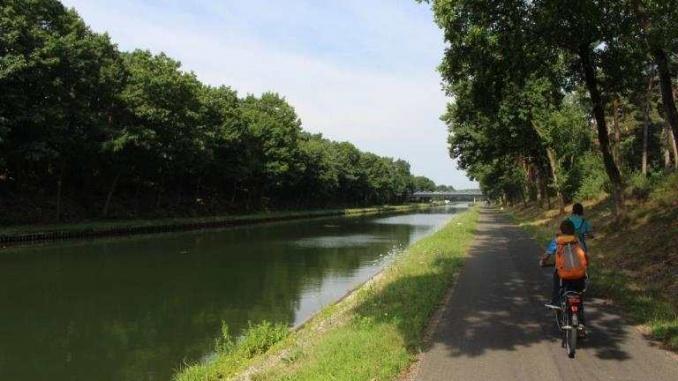 Pedalant a la vora del canal a Lommel - Foto: YouMeKids