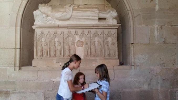 Seguint les indicacions del quadern per resoldre les pistes a Santes Creus - Foto: Marede3