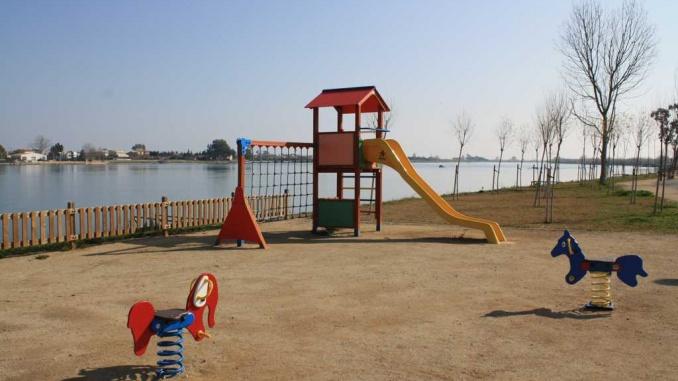 Parc infantil de sant Jaume d'Enveja a la vora del riu Ebre - Foto. YouMeKids