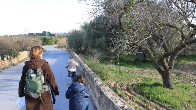 En bici pels voltants de Vistabella - foto: YouMeKids