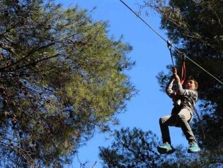 Tirolina de 50 metres de llargada al parc Diver de Coma-ruga - Foto: YouMeKids