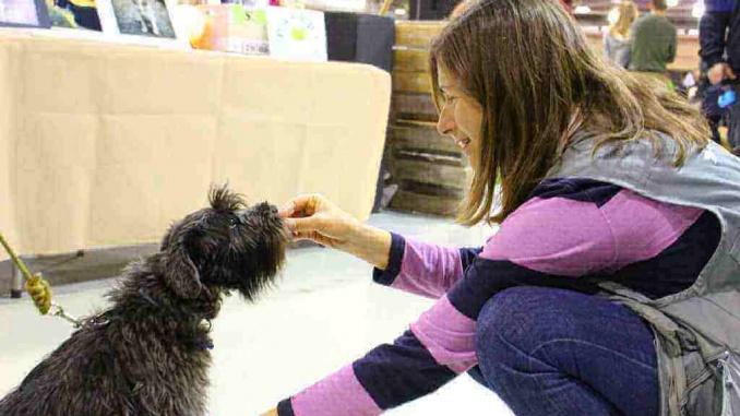 Patricia Gonçalves amb la gossa Lluna al Saló de Mascotes Bestial - Foto: YouMeKids