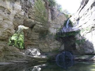 El salt d'aigua i el toll a la Foradada - Foto: Rutes a peu