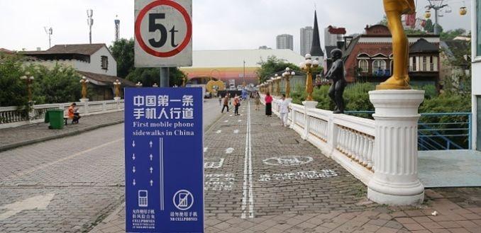 Carril per a persones «enganxades» al mòbil a la megalòpolis de Chongqing (Xina) - Foto: TV Xinesa