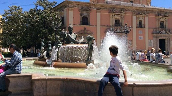 Fede assegunt a la Font de Neptú a València - Foto: Viajando por el tiempo.