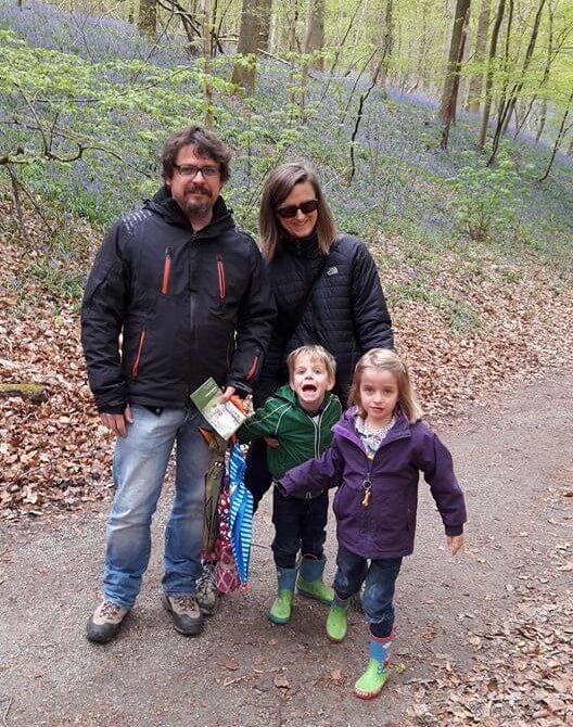 Francesc i Nele, amb els seus bessons Nina i Jan al bosc 'Hallerbos' (Bèlgica)
