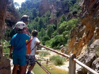 Vistes des de la Fontcalda sobre les piscines naturals - Foto: YouMeKids