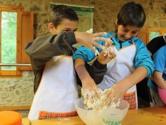 Fent pa al Molí Petit de Sant Joan de les Abadesses - Foto: YouMeKids