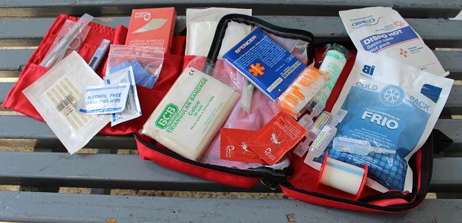 Kit bàsic de primers auxilis per les excursions amb nens - Foto: YouMeKids