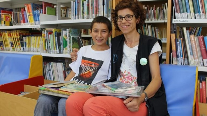 Imma Pujol i Rafel servent a la Biblioteca Pública de Tarragona