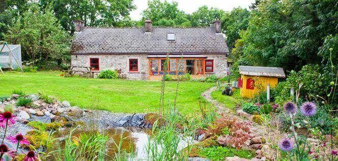 An Tionol Cottage, la casa tradicional irlandesa amb més de 200 anys d'antiguitat, amb una petita granja ecològica que en Nick i la Marta van convertir en la seva llar.