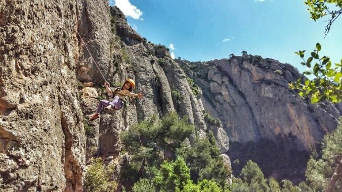 Bruna, la filla de Laura Montero escalant a Montserrat.