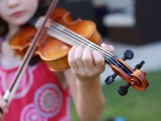 nena-tocant-violi