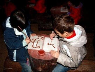 Taller de pintures rupestres a la Cova de l'Espluga de Francolí - Foto: YouMeKids