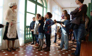 La minyona Marieta durant la visita teatralitzada a la Vil·la Museu Pau Casals - Foto: YouMeKids
