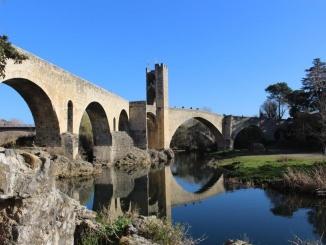 pont de besalú vora riu