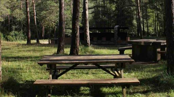 Àrea de pícnic de la font de Querol amb bloc de barbacoes - Foto: YouMekids