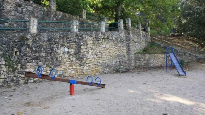 Zona de jocs de làrea de pícnic de l'ermita de Santa Magdalena a Ulldemolins - Foto: YouMeKids