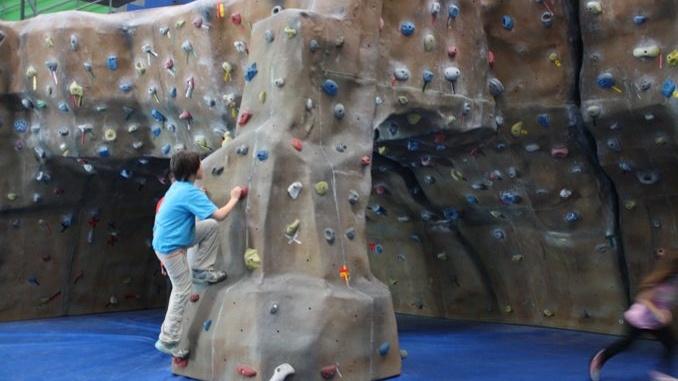 Escalada en bloc al boulder - foto: YouMekids