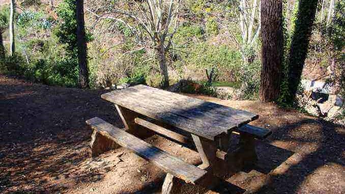 Les taules de pícnic a la Font de les Dous estan ubicades en terrasses - Foto. YouMeKids