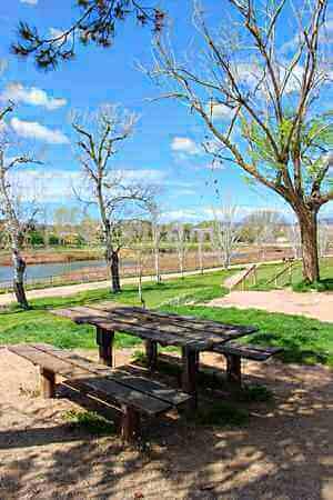 Zona de pícnic al Parc Fluvial de Vilanova del Camí - Foto: YouMeKids
