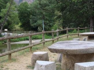 Vistes des de l'àrea de pícnic  sobre la zona de bany a Martinet - Foto: YouMeKids