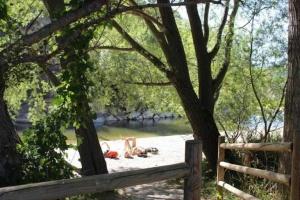 """Vistes de la """"platja"""" des del Passeig Fluvial a Martinet - Foto: YouMeKids"""