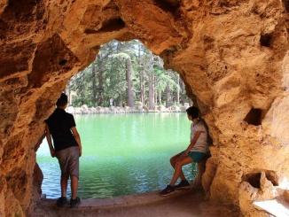Gruta al mig del llac al Parc Samà de Cambrils - Foto: YouMeKids