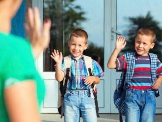 La perspectiva dels deures i la gran quantitat d'hores asseguts a l'aula no sol ser molt alentidora pels nens