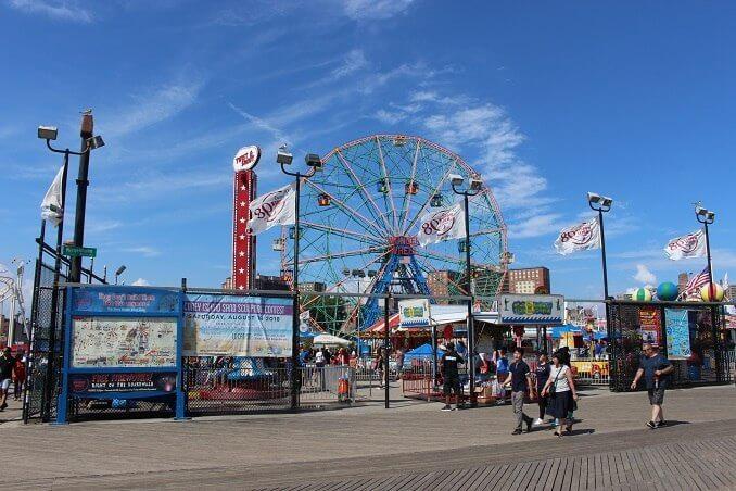 Conny Island des del passeig amb el Wonder Wheel de fons - Foto: YouMeKids