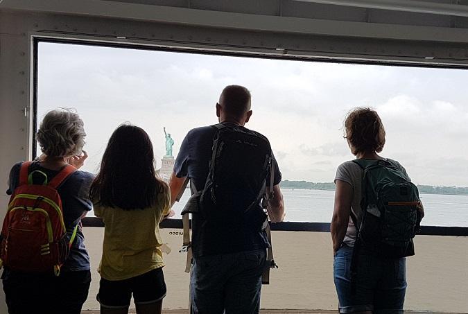L'Estàtua de la Llibretat des del ferry a Staten Island - foto: YouMeKids